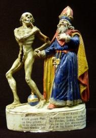 """Sockeltext """"Tod zum Kaiser./ Herr Kaiser mit dem grauen Bart,/ Eur Reu habt ihr zu lang gespart,/ Drum sperrt Euch nicht, ihr m¸flt darvon,/ Und tanzen nach meiner Pfeiffen Ton.// Der Kaiser./ Ich kunte das Reich gar wohl mehren/ Mit Streiten, Fechten, Unrecht wehren:/ Nun hat der Tod ¸berwunden mich,/ Dafl ich bin keinem Kaiser gleich."""""""